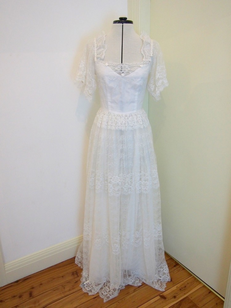 Rustic lace vintage wedding dress betty vintage aisle for Rustic vintage wedding dresses
